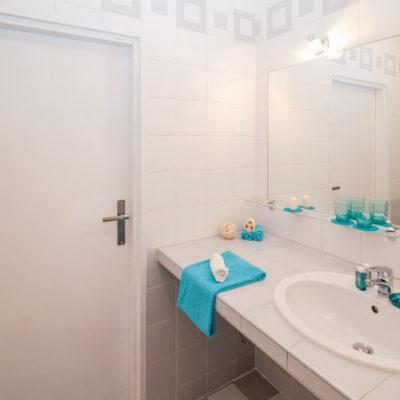 Łazienka w nowoczesnym wydaniu – jak się za to zabrać i czego koniecznie unikać?